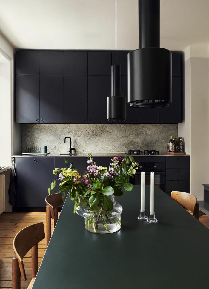 Hemma hos Verks grundare Simon Anund på Södermalm köket svart