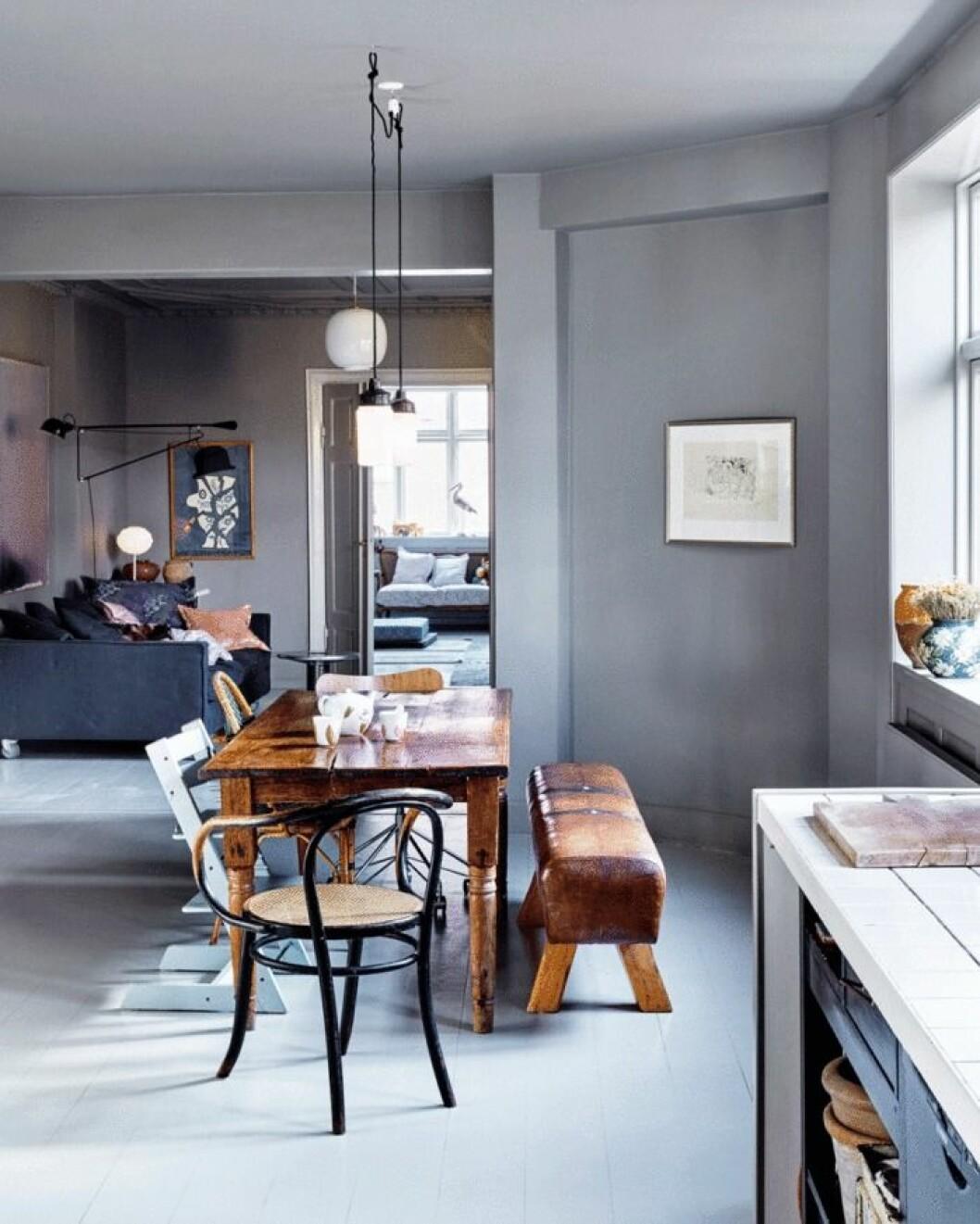 Matplats i grått och lackat matbord i trä