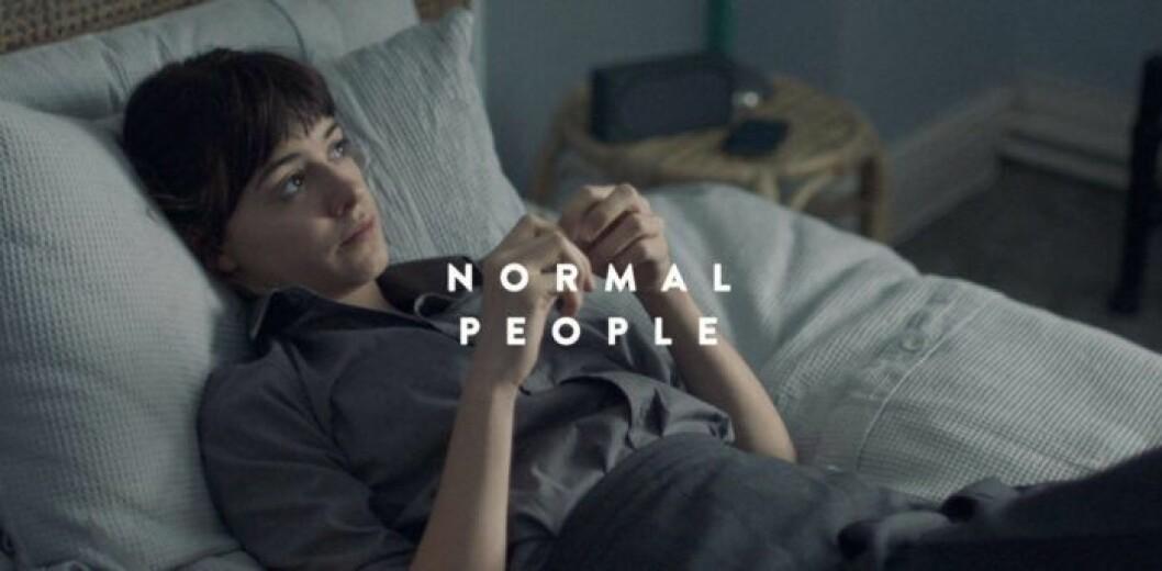 Marianne i Normala Människor, tv-serien, ligger på sin säng.