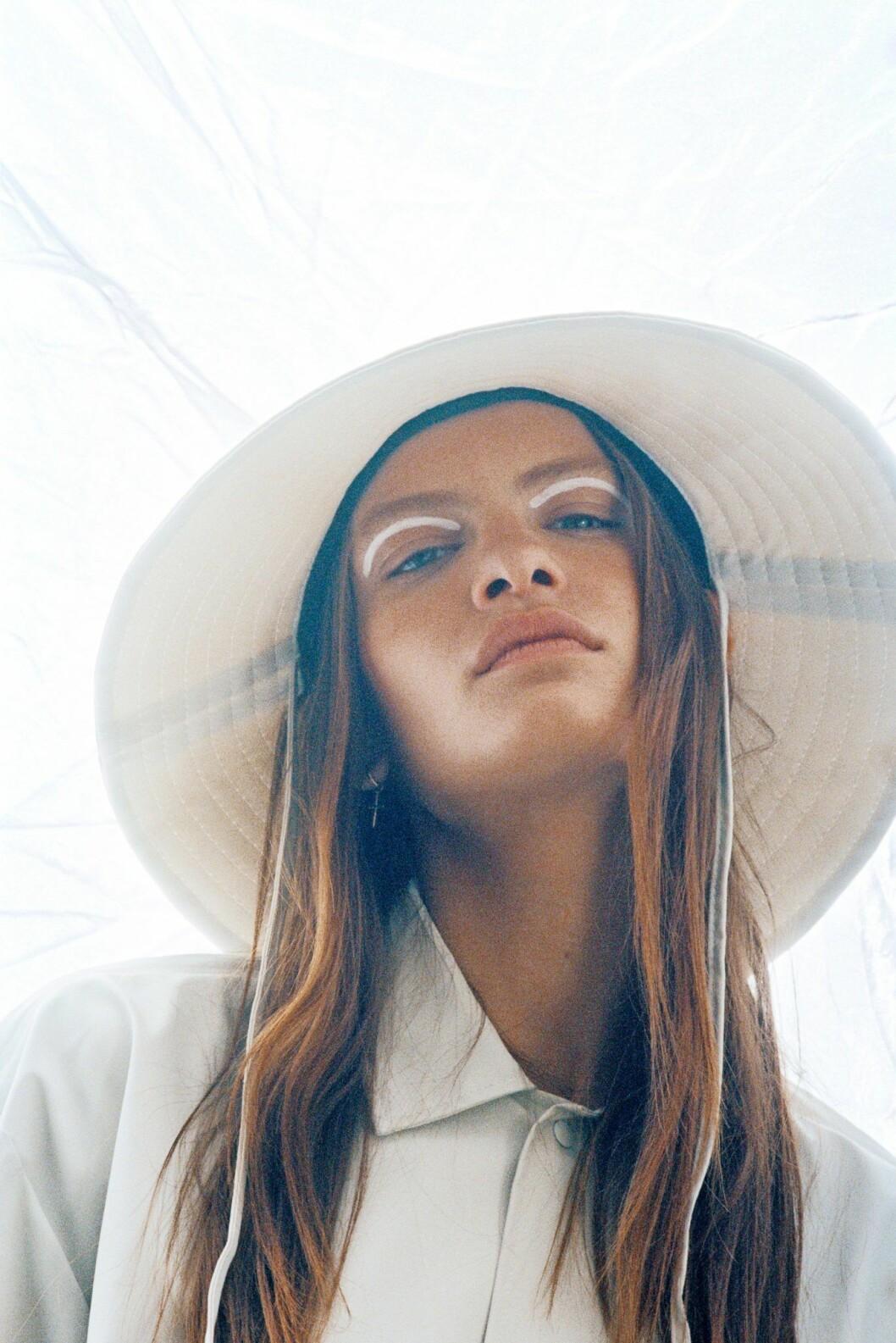 Så stylar du den skandinaviska trenden 2020, vit hatt från Rains