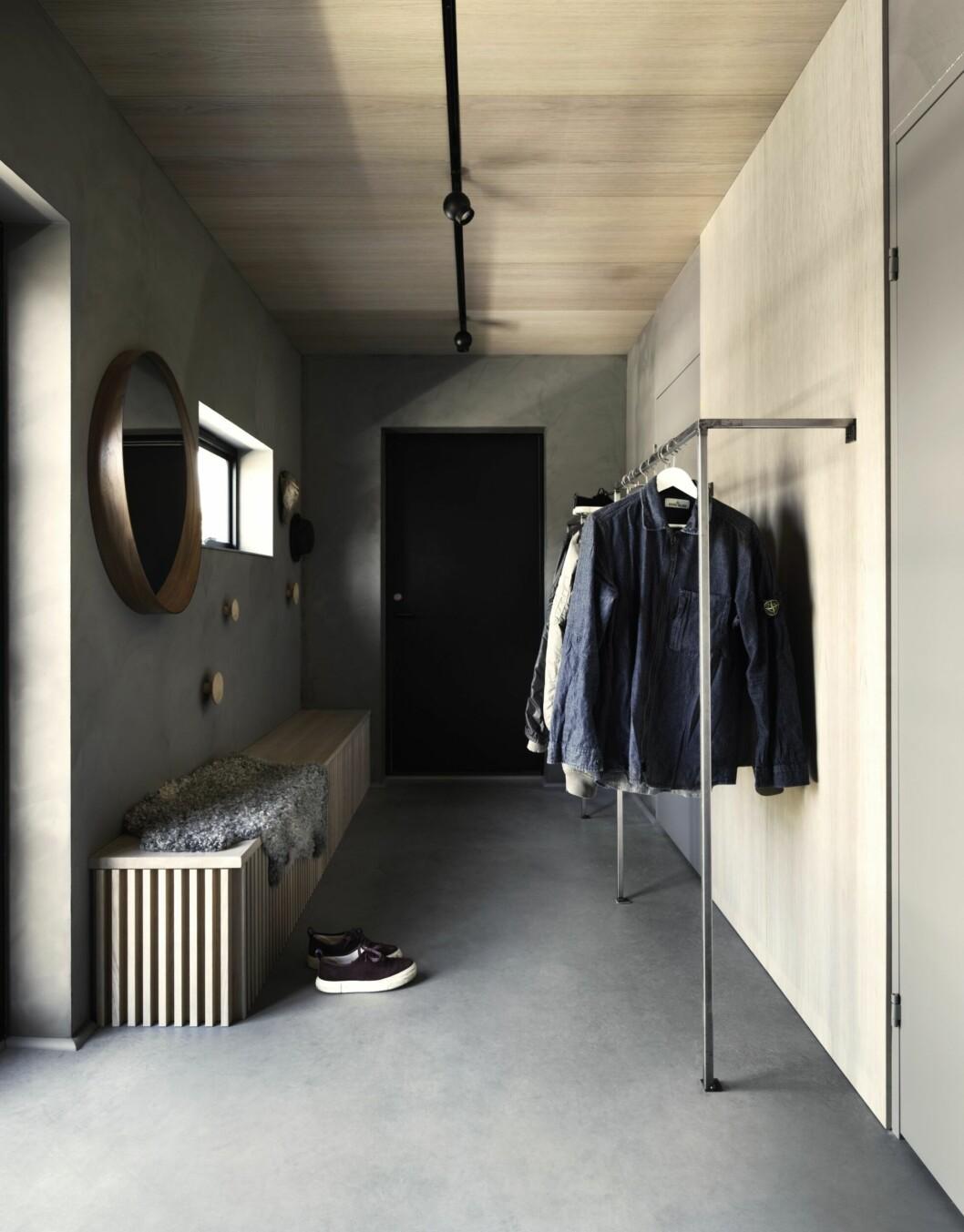 Hallen går även den i ljusgråa toner, med spegel och bänk i samma färgskala