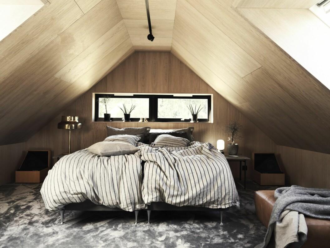 Sovrummet med en inramning av trä