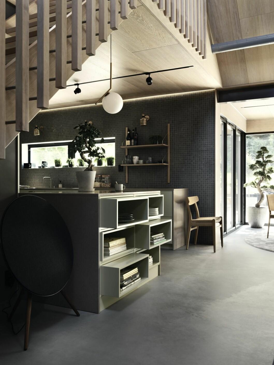 Smart, geometrisk platsbyggd förvaring i det gråmålade köket