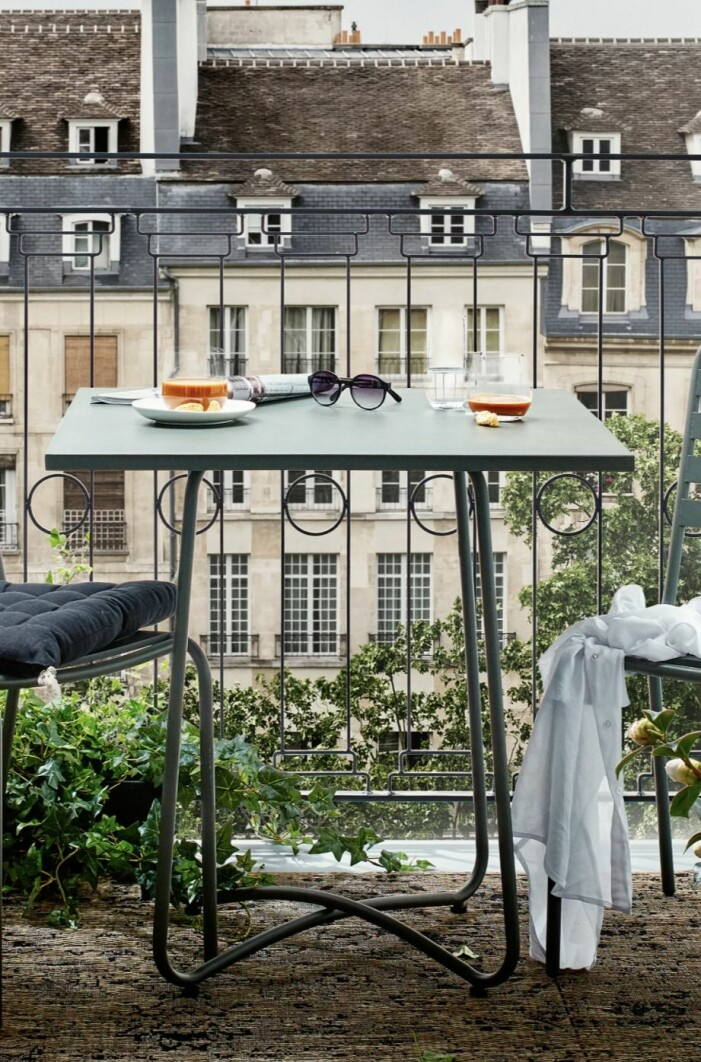 balkongbord på liten balkong i paris