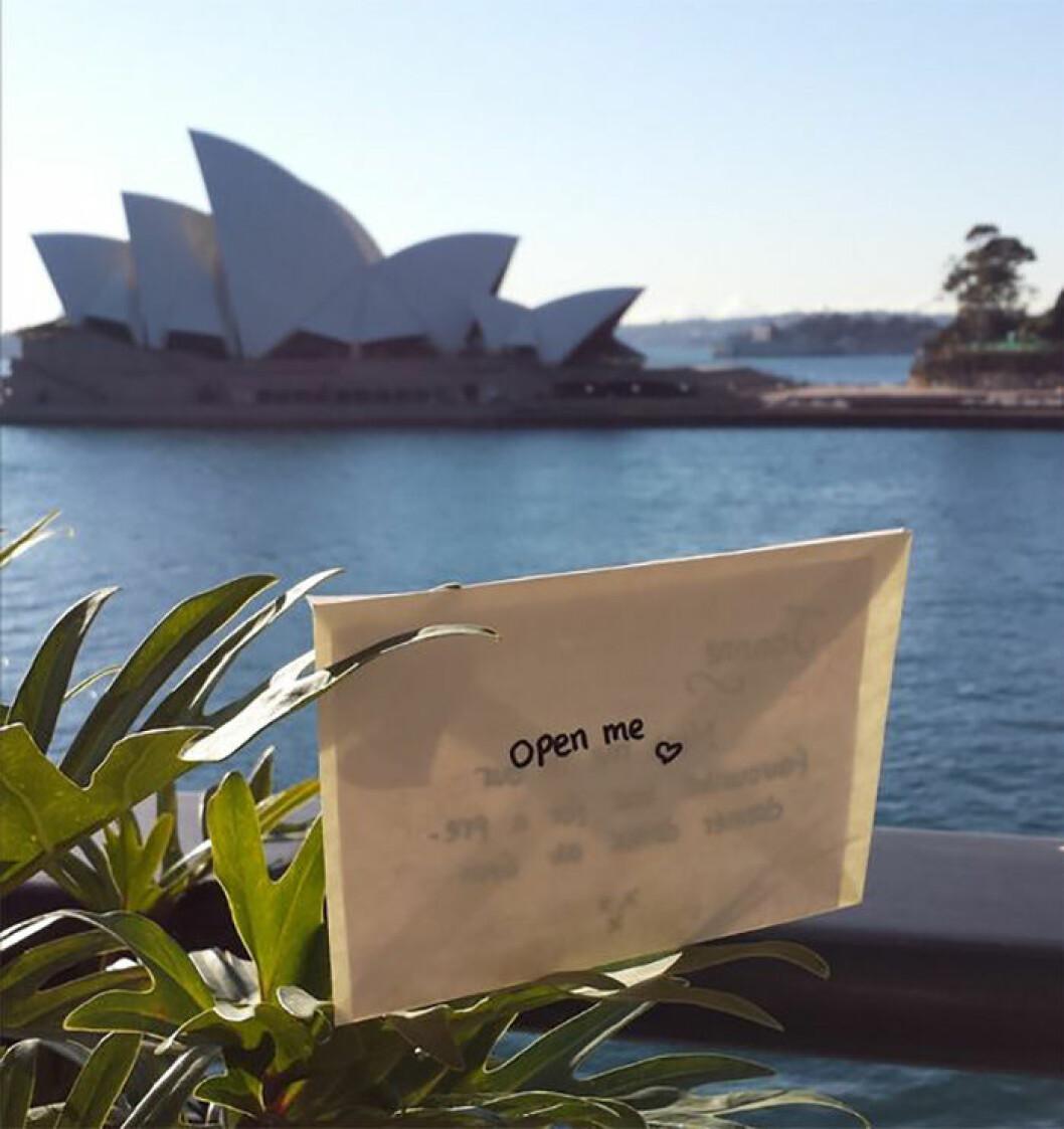"""Kuvert med texten """"OPEN ME """""""