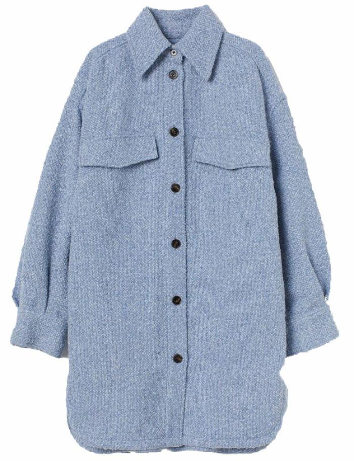 blå skjortjacka från H&M i längre modell.