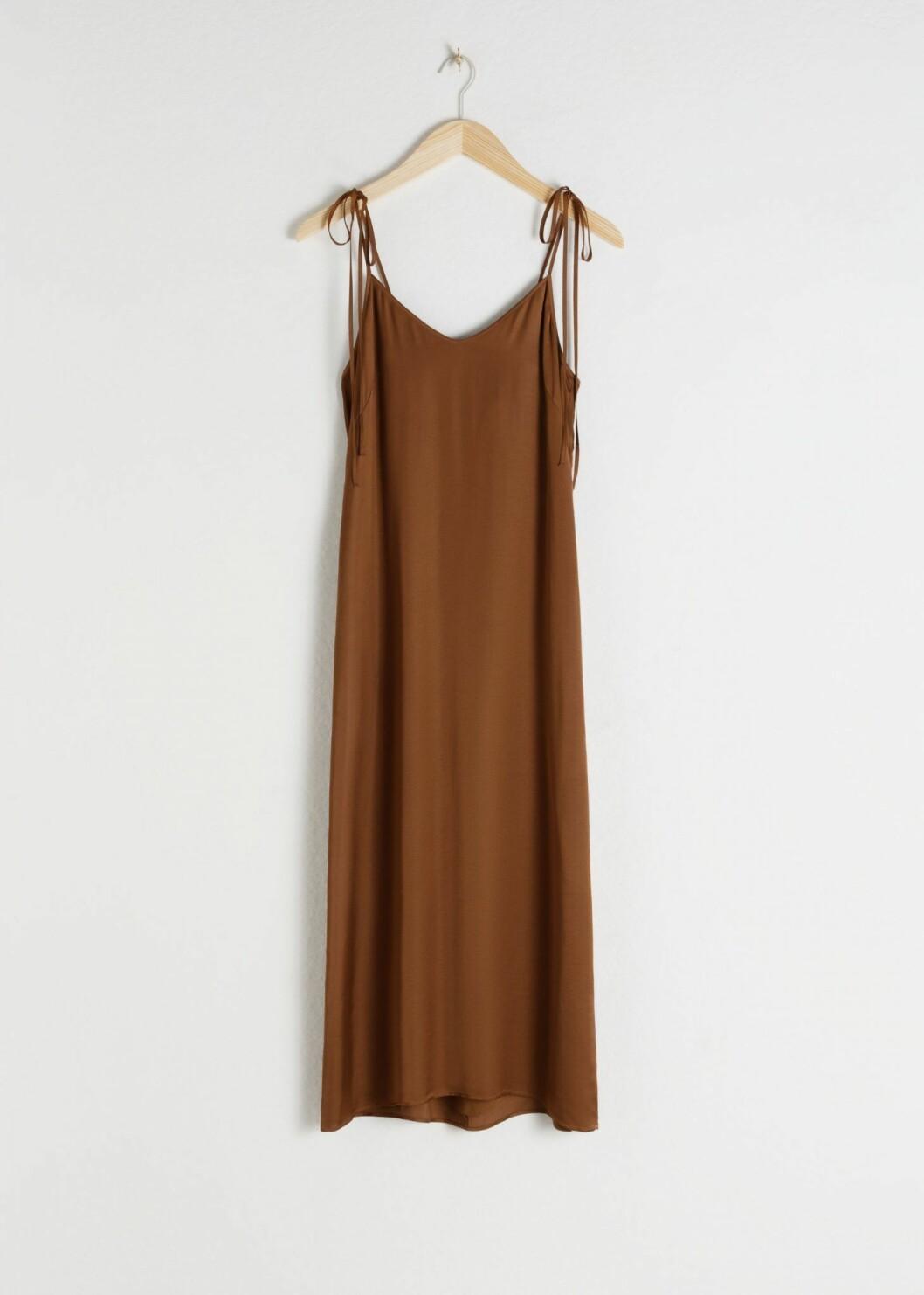 Brun/beiga nyanser blir sällan fel, speciellt inte när det kombineras med fina detaljer som på denna klänning.