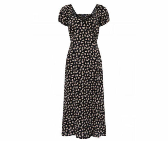 svart blommig klänning med puffärm