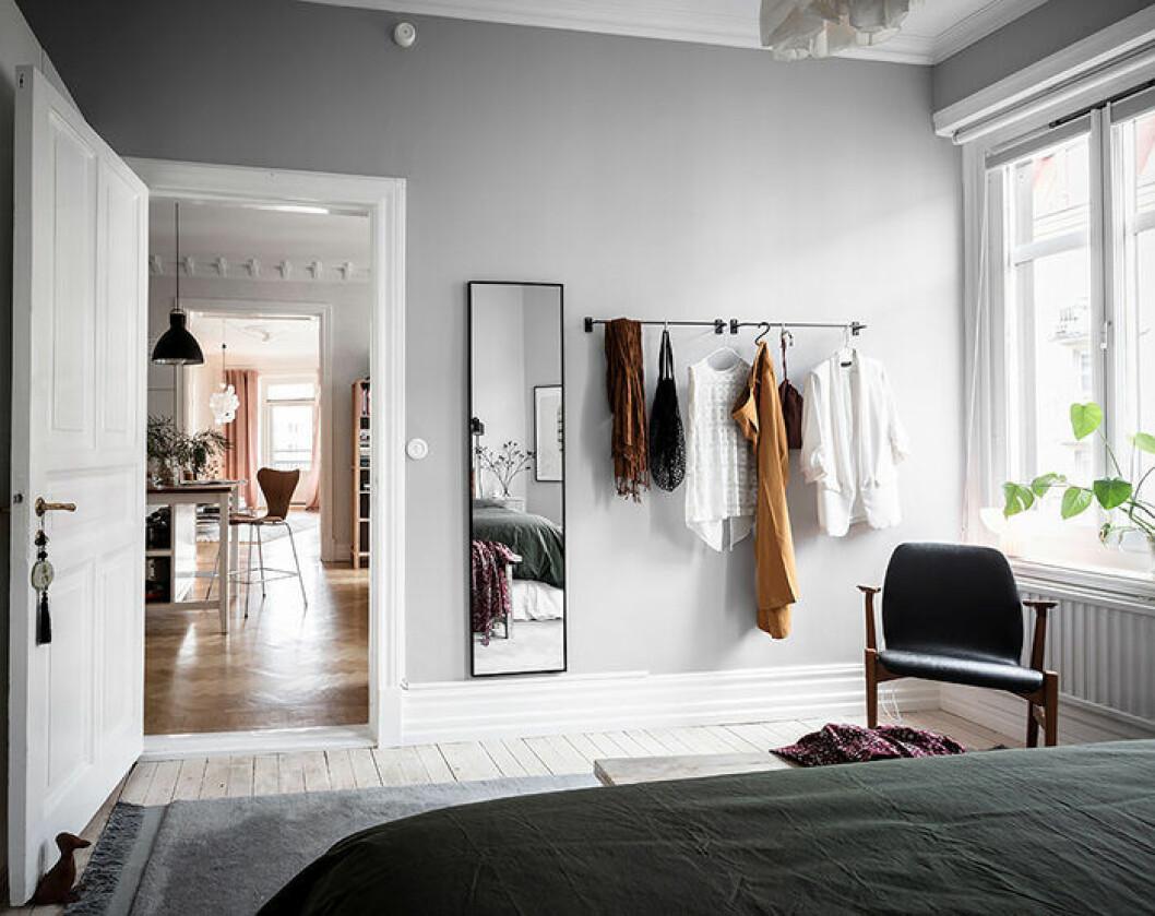 Stänger eller krokar på väggen skapar ny förvaring