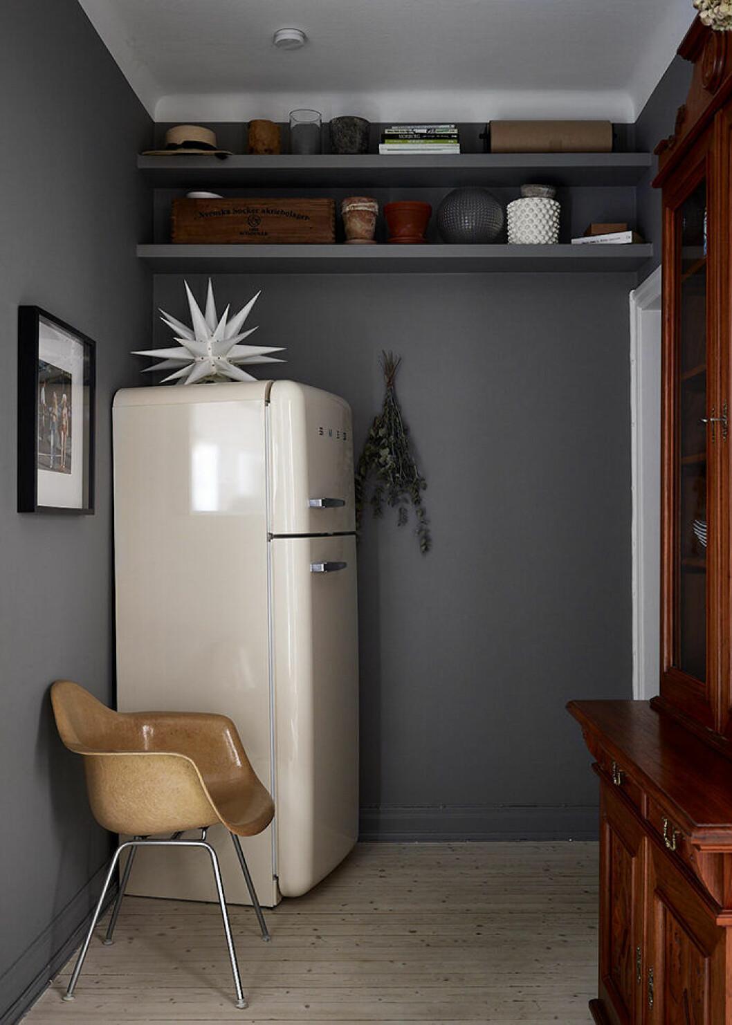 Platsbyggda och inmålade hyllor ovanför dörrkarmen