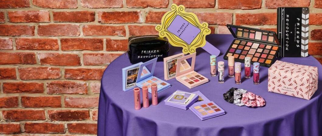 ett bord med lila duk fyllt av smink