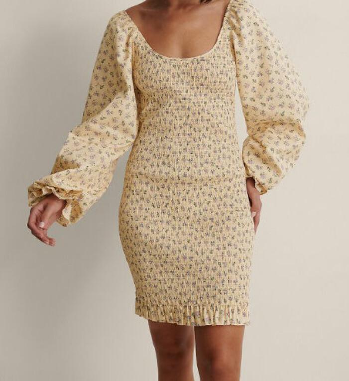 gul blommig smockad klänning