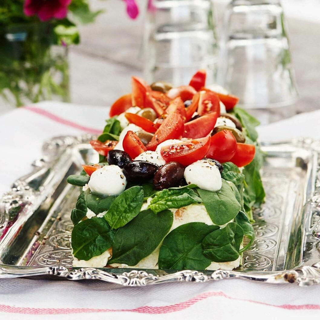 Smörgåstårta med mozzarella, tomat och oliver