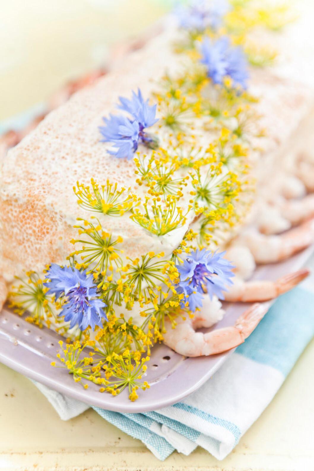 Smörgåstårta med lax, räkor och löjrom.
