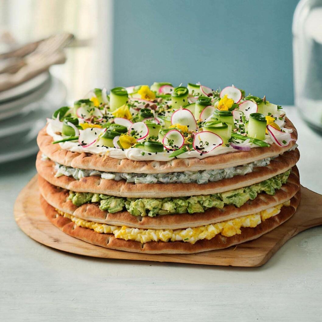 Smörgåstårta med avokado, ägg och pepparrot