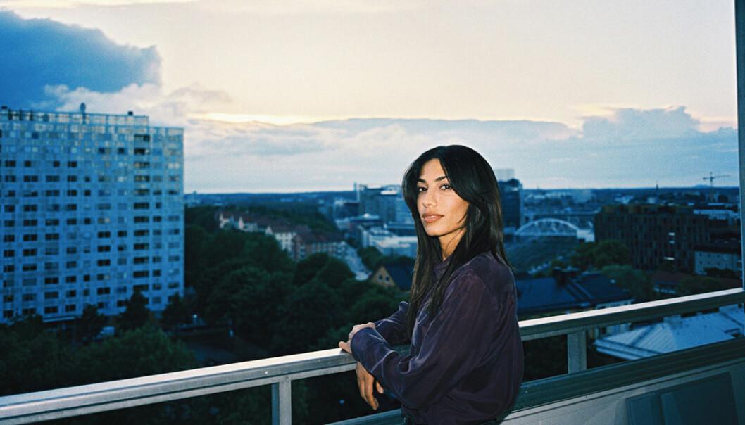 Evin Ahmad på balkong