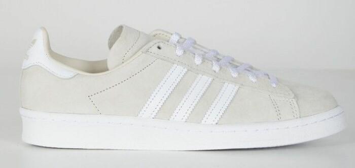 beige sneaker från adidas med vita ränder.