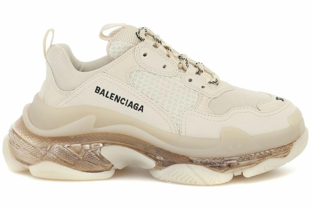 Sneakers i beige från Balenciaga.