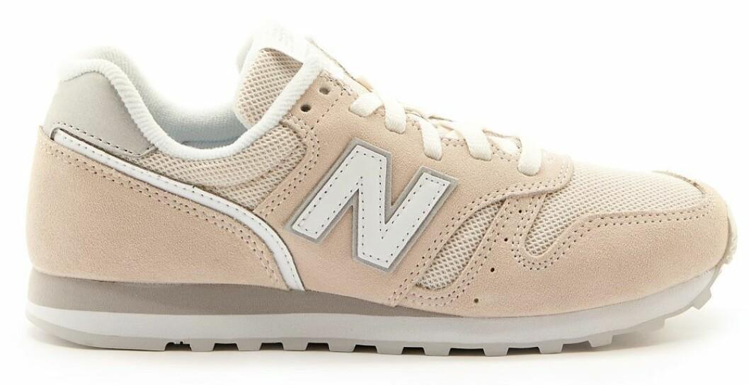 Sneakers i beige från New Balance.