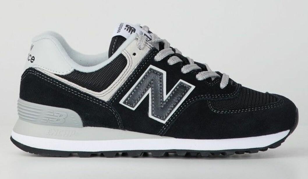 Mörka sneakers från New Balance.