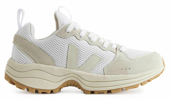 sneakers från veja i beige och vitt.