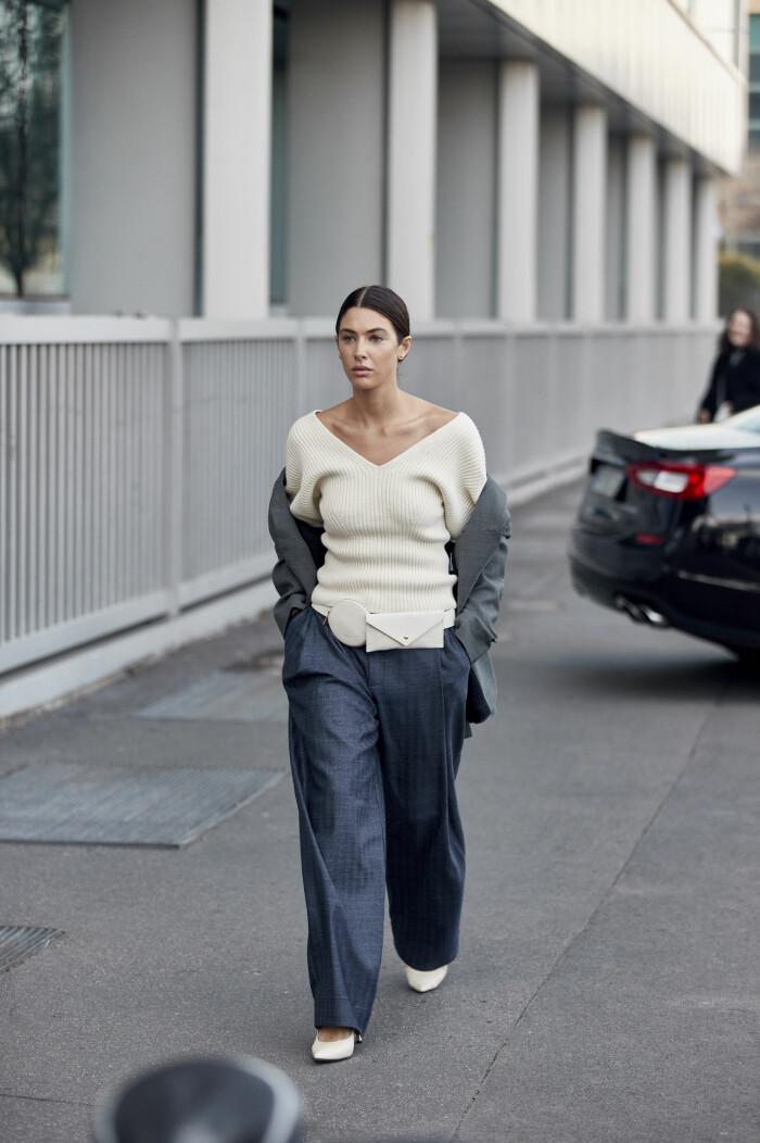 Snygg inspiration! Bär den ribbstickade tröjan i figurnära modell med oversized kostymbyxor, en snygg och balanserad look.
