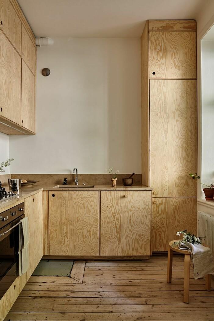 snyggt kök med luckor i furu och bänk i kalksten