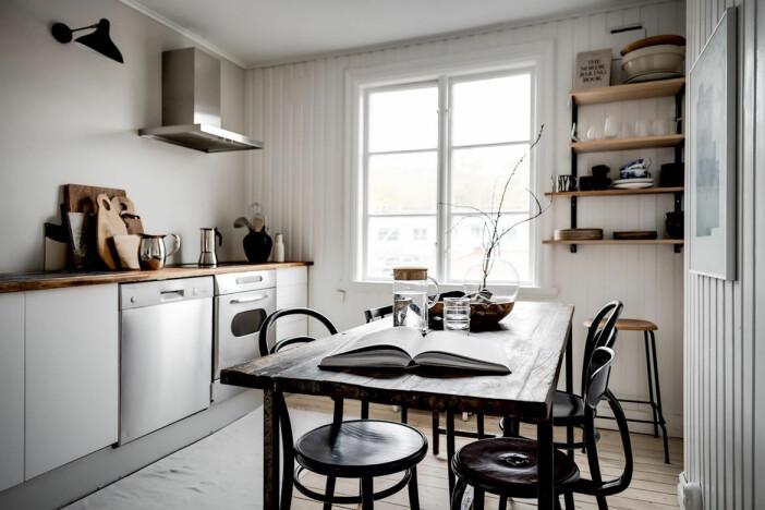 snyggt vitt kök med detaljer i trä