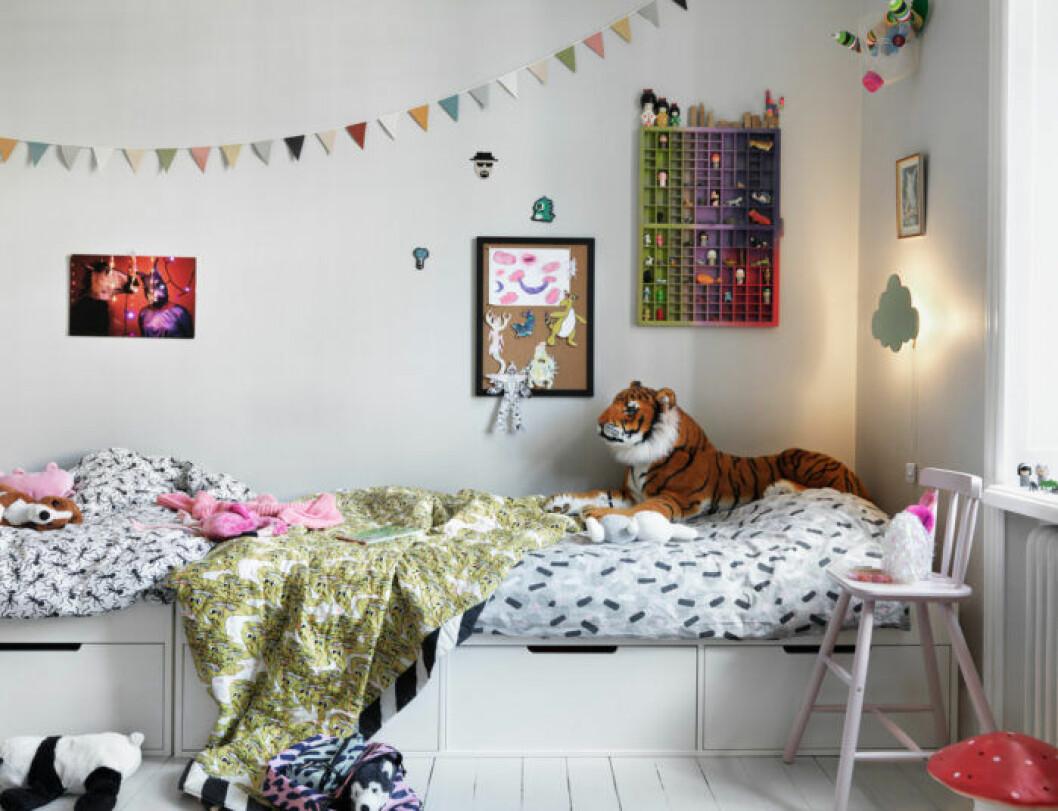 Mönstrade textilier i barnrummet hos modedesignern på Södermalm i Stockholm