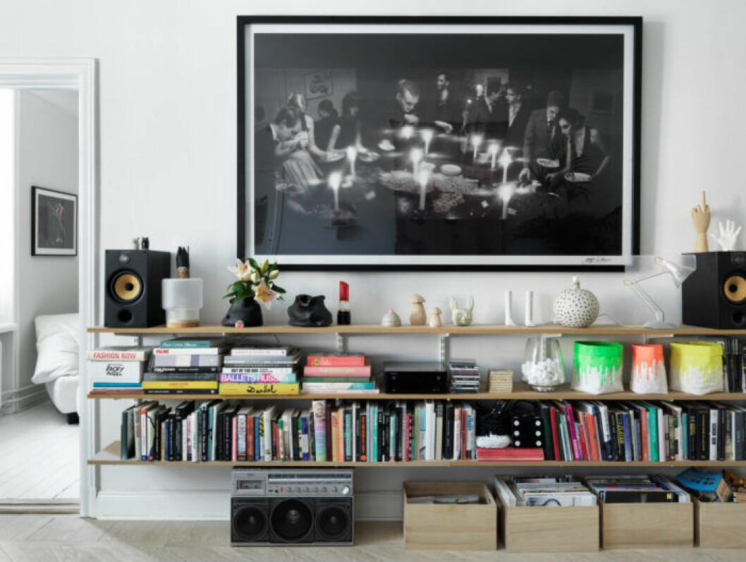 Förvaring i vardagsrummet hos modedesignern på Södermalm i Stockholm