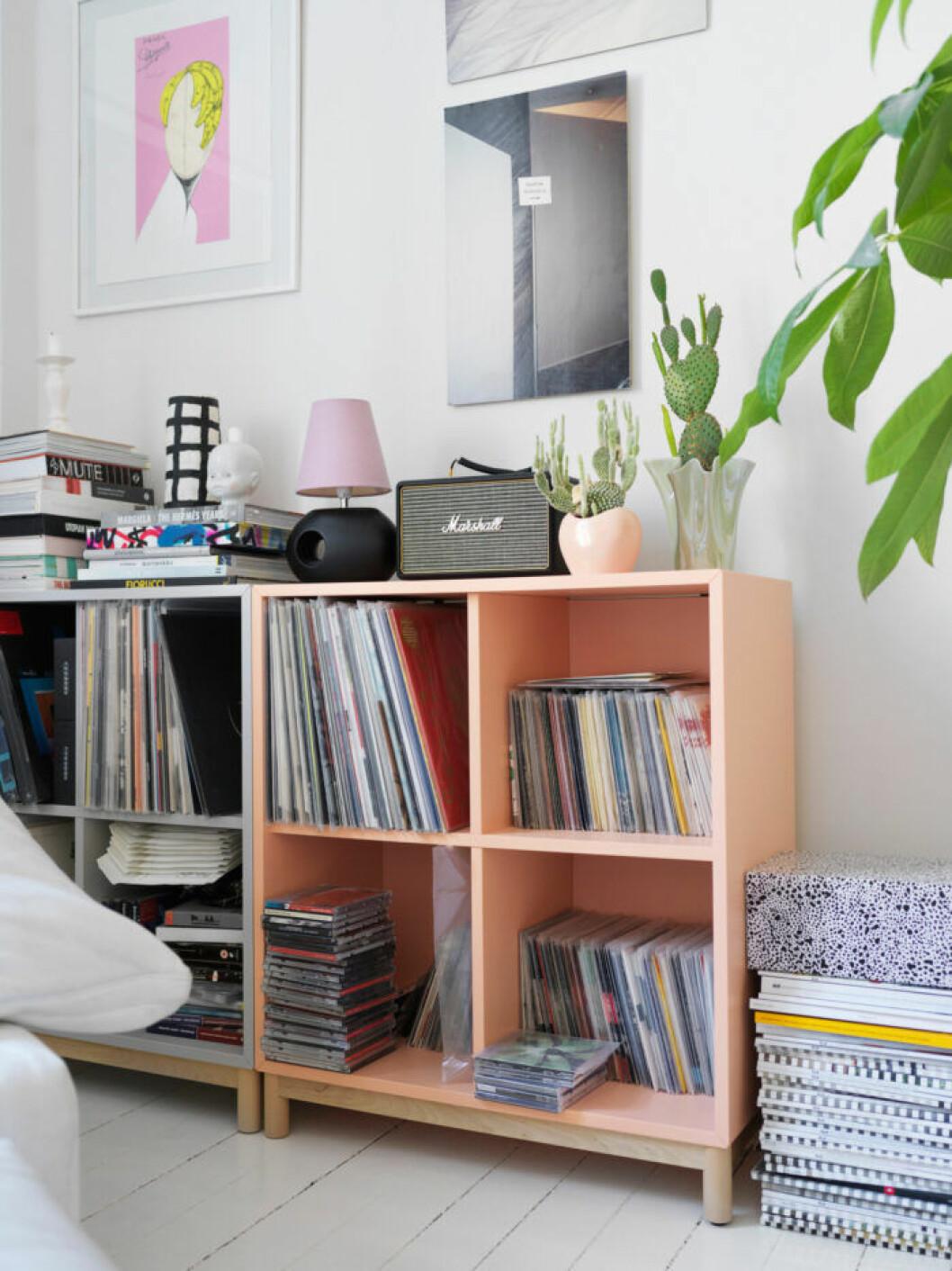 Hylla med vinylskivor hos modedesignern på Södermalm i Stockholm