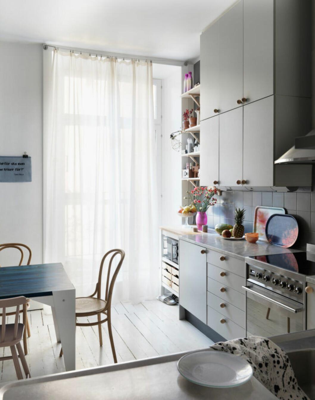 Gråmålat kök hos modedesignern på Södermalm i Stockholm
