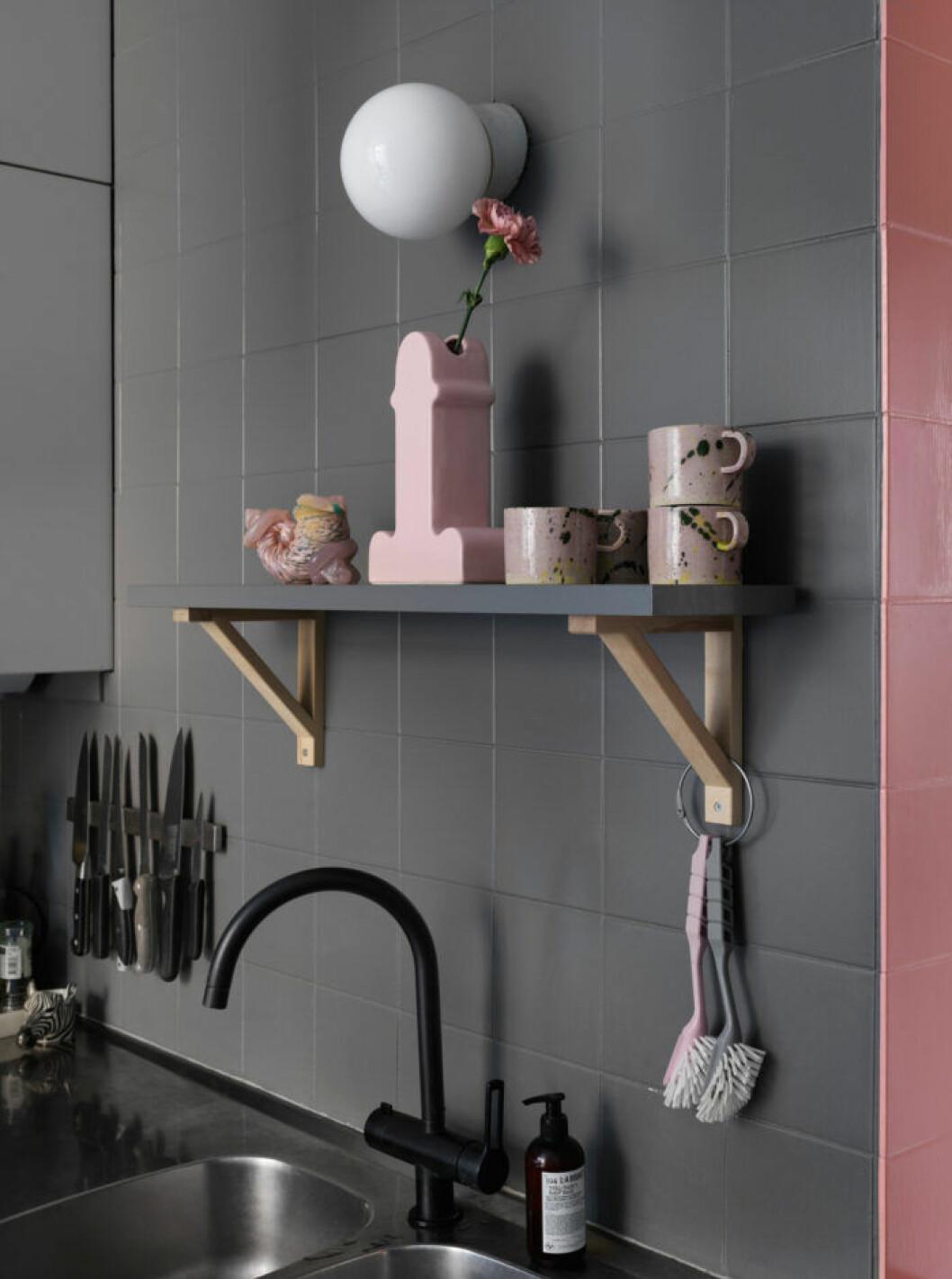 Hylla i köket hos modedesignern på Södermalm i Stockholm