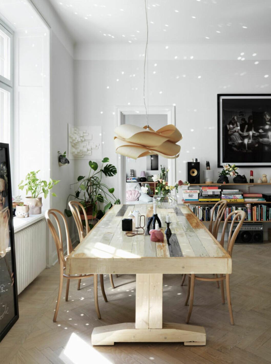 Matbord i trä med thonet-stolar