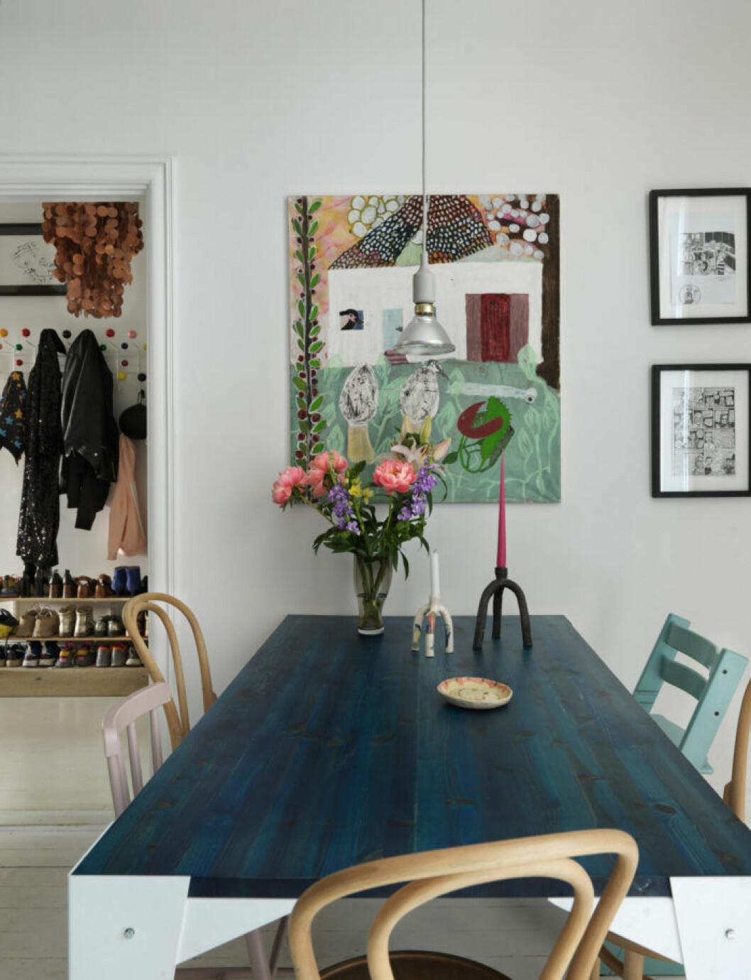Färgstark konst och blå köksbord hos modedesignern på Södermalm i Stockholm