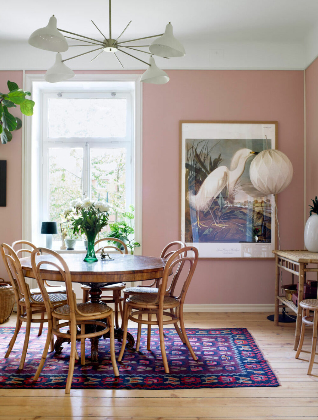 Rosa vardagsrum med matplats
