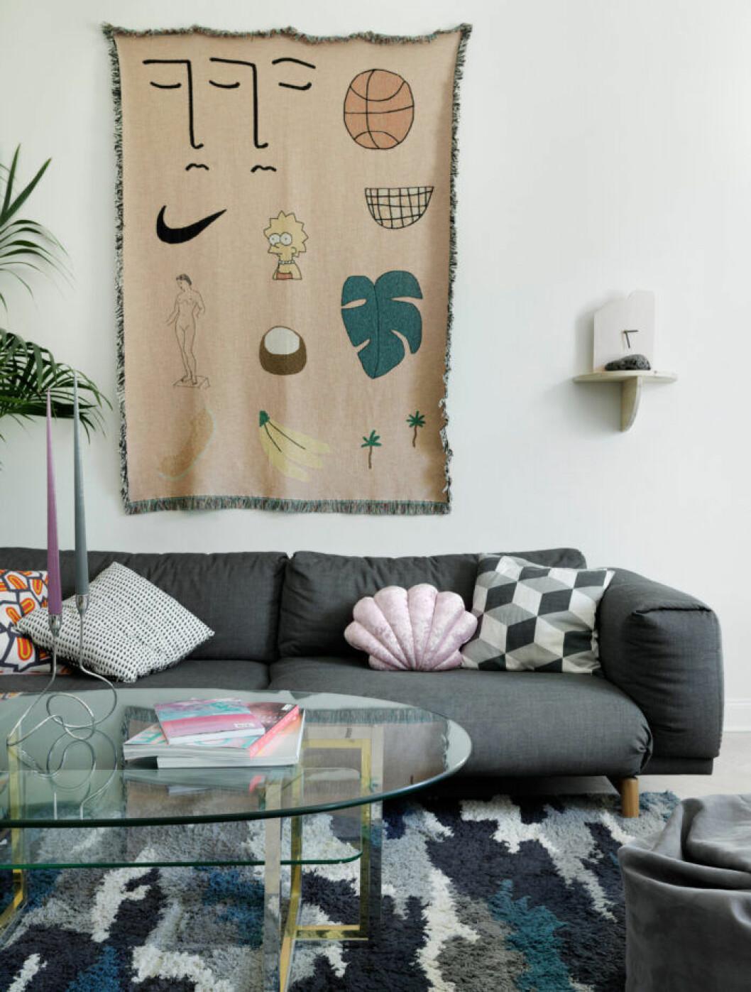 Grå soffa hos modedesignern på Södermalm i Stockholm