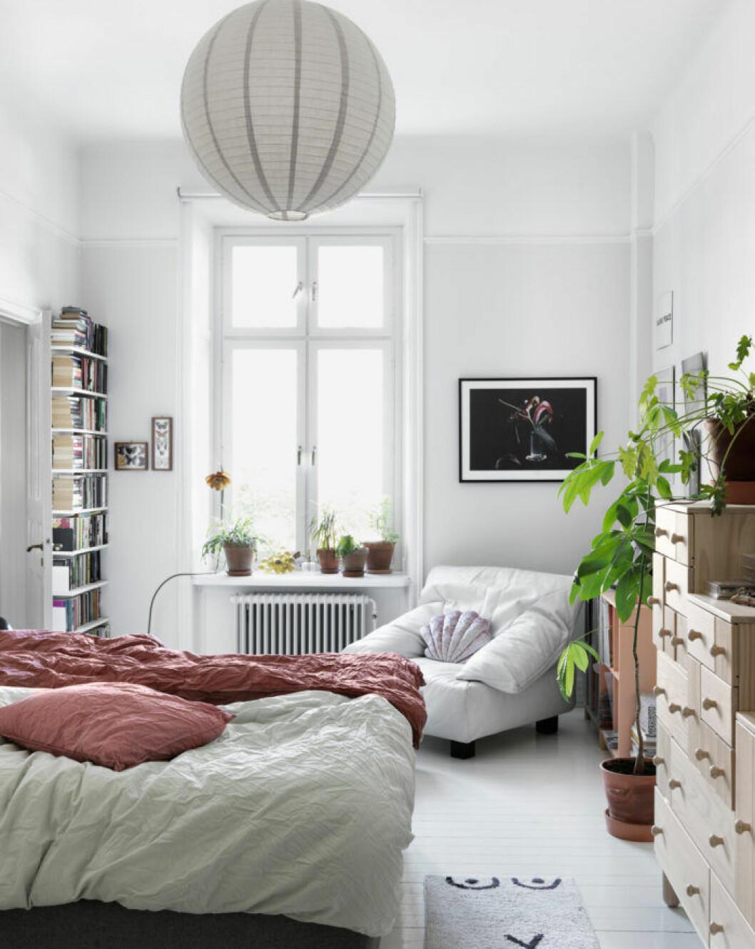 Vita och rosa toner i sovrummet hos modedesignern på Södermalm i Stockholm