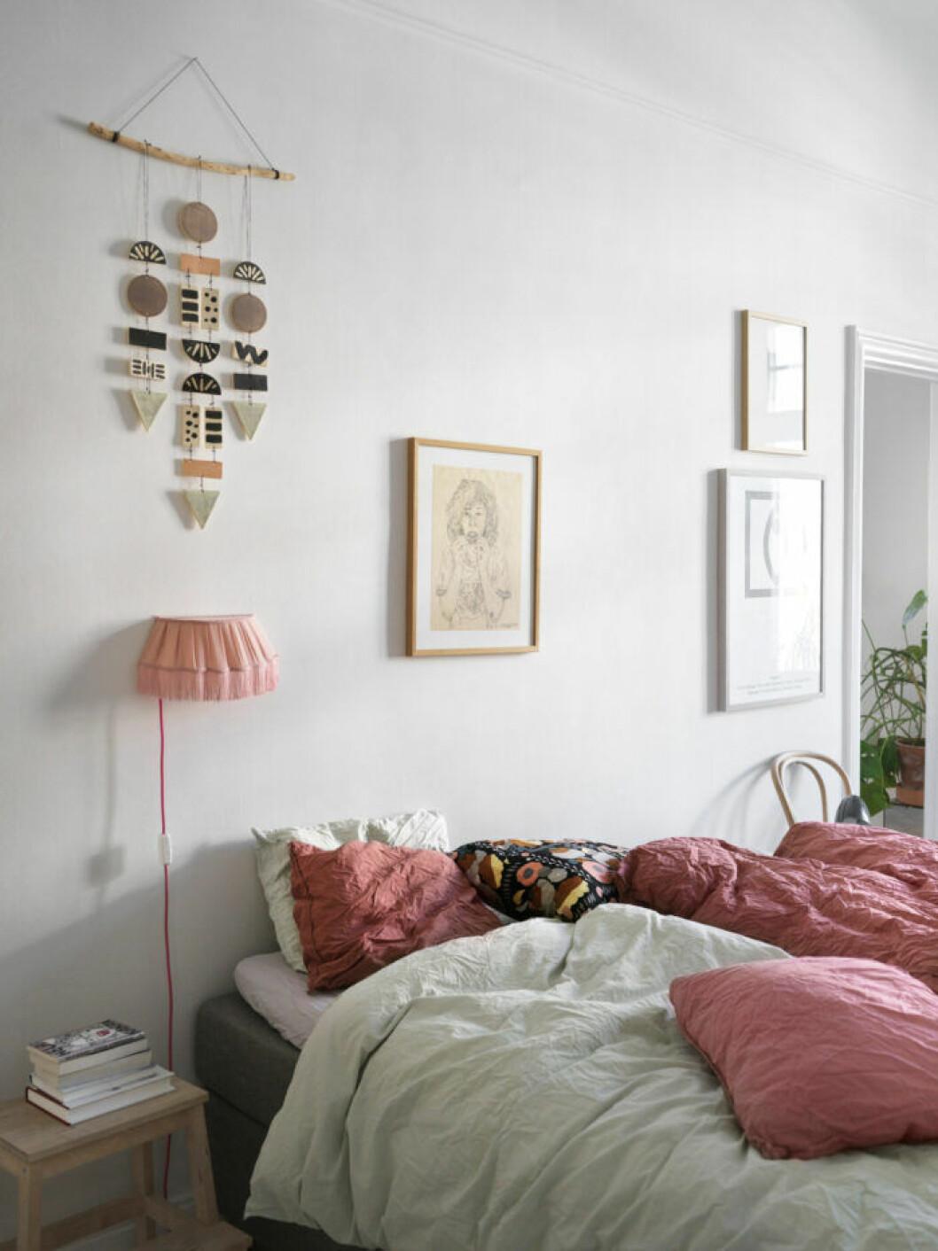 Pastellfärger i sovrummet hos modedesignern på Södermalm i Stockholm