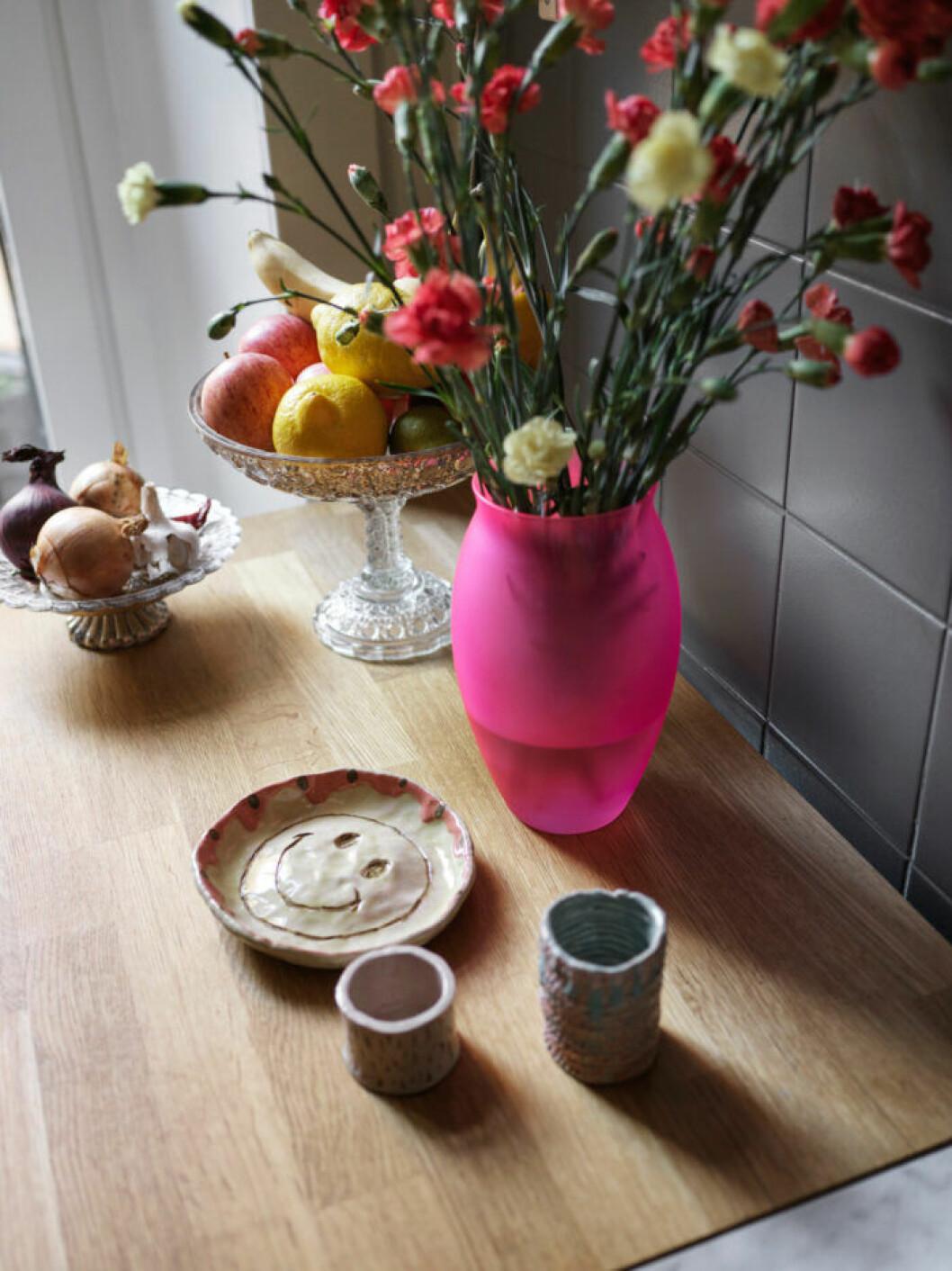 Stilleben med blommor och keramik hos modedesignern på Södermalm i Stockholm