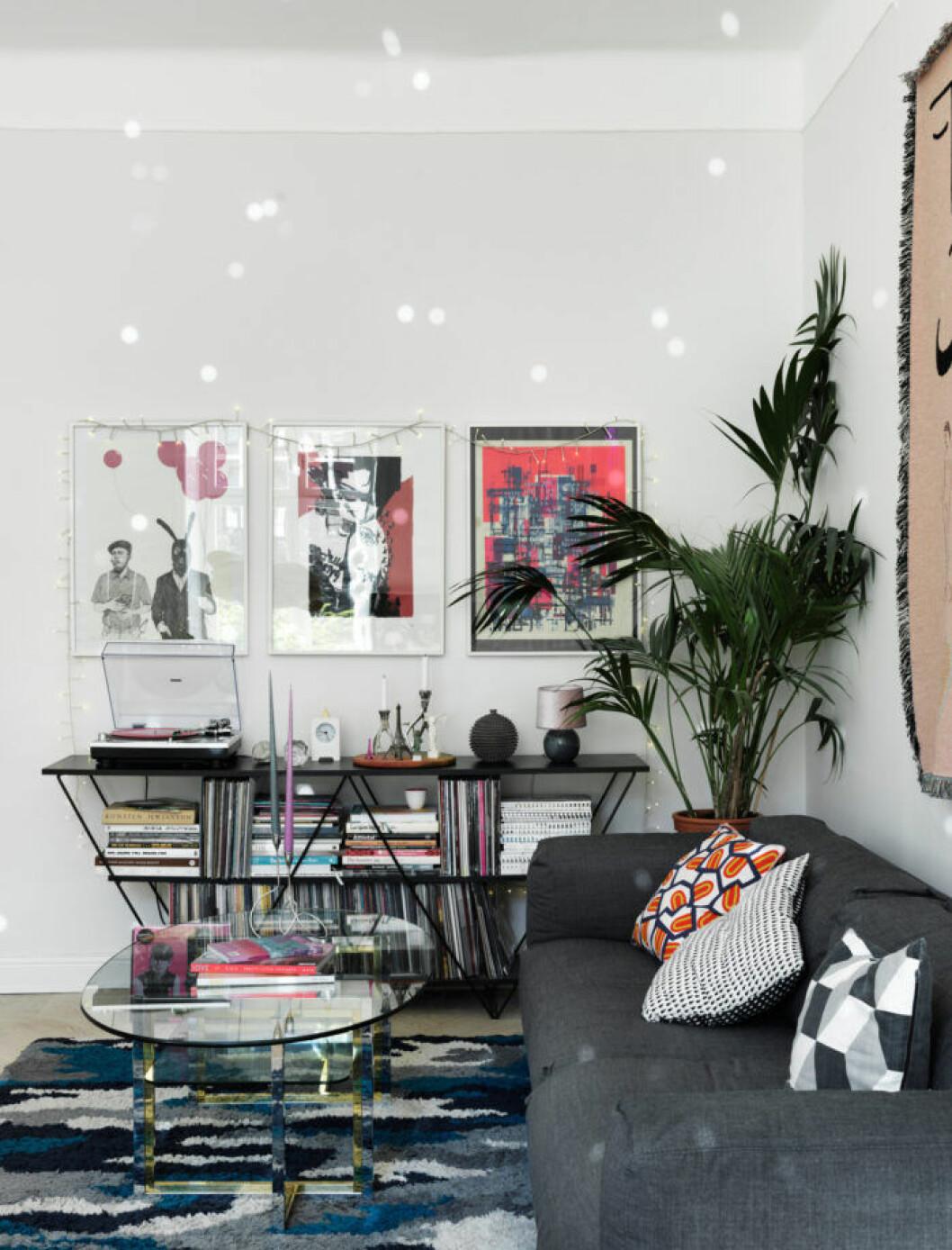Färgstark konst och palm hos modedesignern på Södermalm i Stockholm