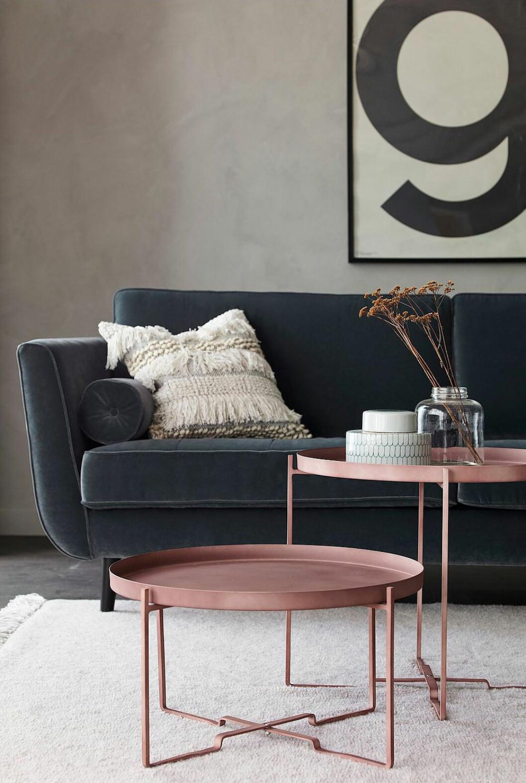 Ett lågt och ett högt soffbord i samma set, båda ljusröda