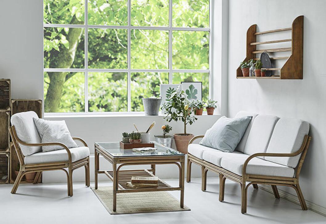 Miljöbild på soffbord i rotting och glas