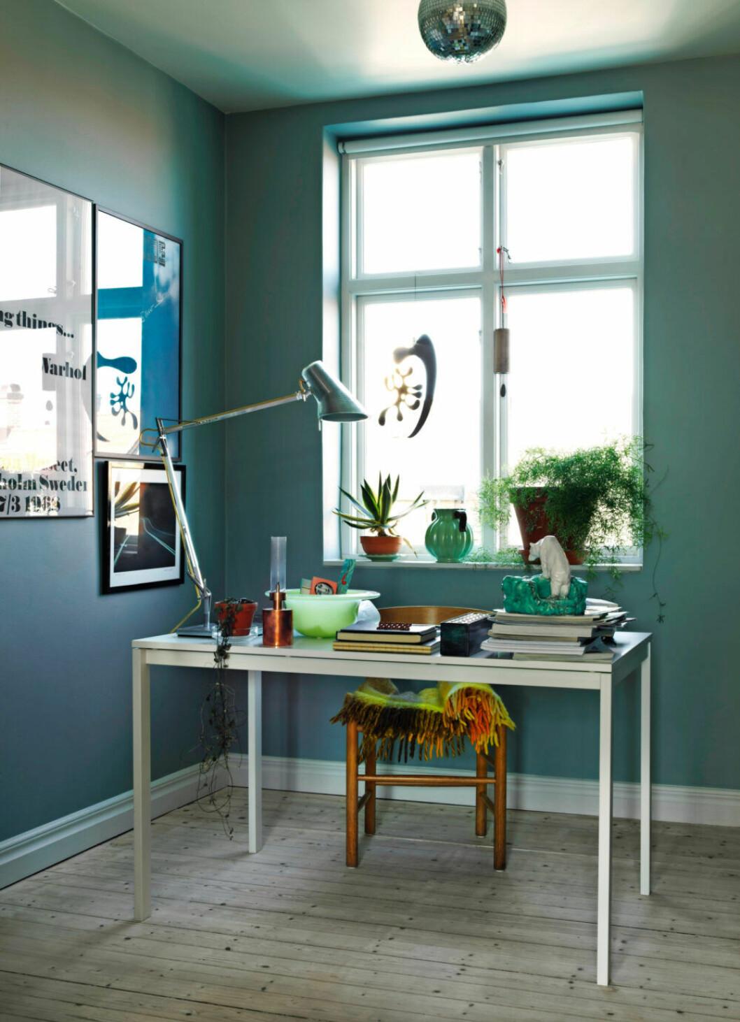 Arbetsplatsen går i grönblåa toner hemma hos Sofia Linfeldt i Skåne