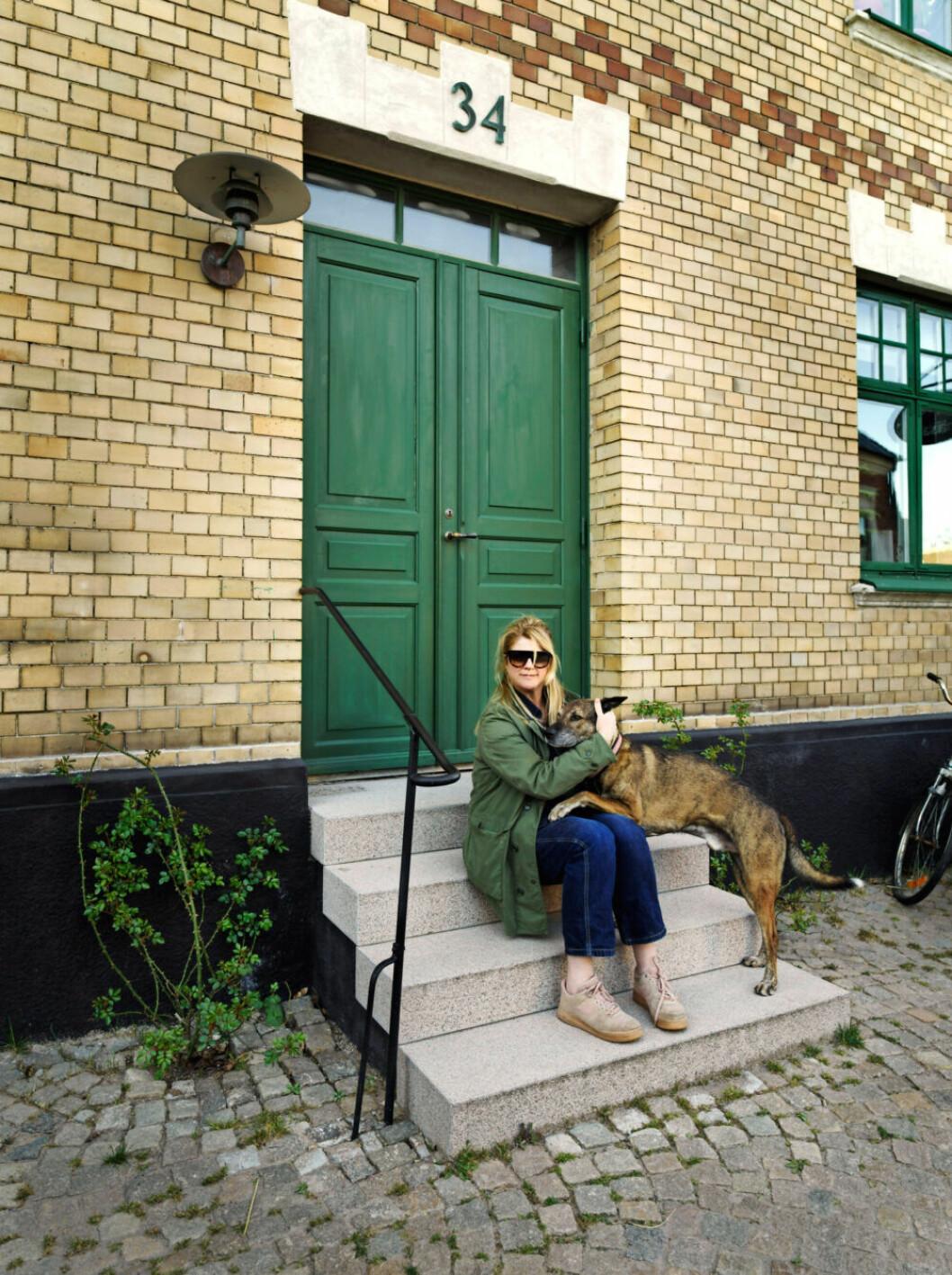 Sofia Linfeldt utanför sitt hem i Skåne