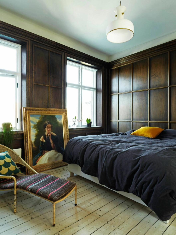 Sovrummet går i dova toner, med bruna väggar