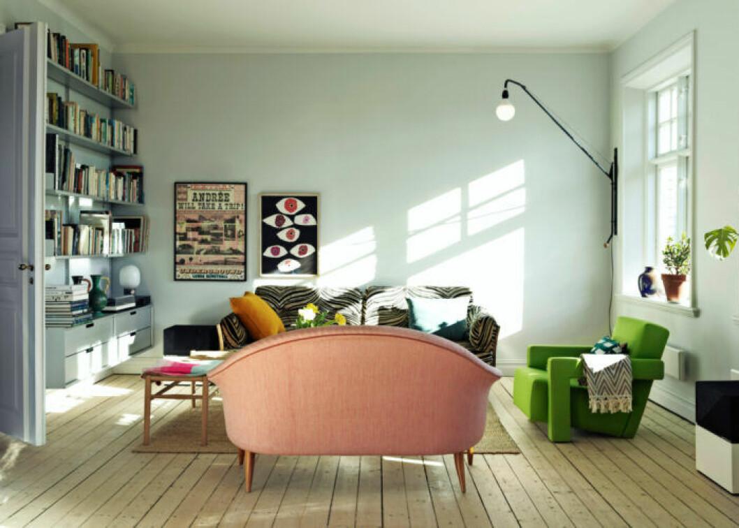Vardagsrummet går i ljusgröna toner hemma hos Sofia Linfeldt i Skåne