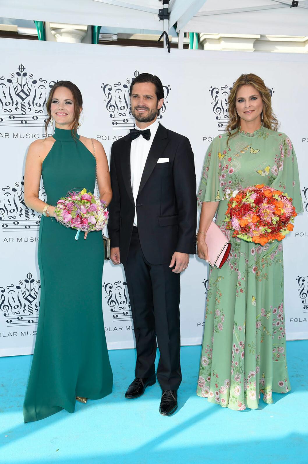 Sofia i grön klänning med hög hals. Madeleine har klänning från Giambattista Valli.
