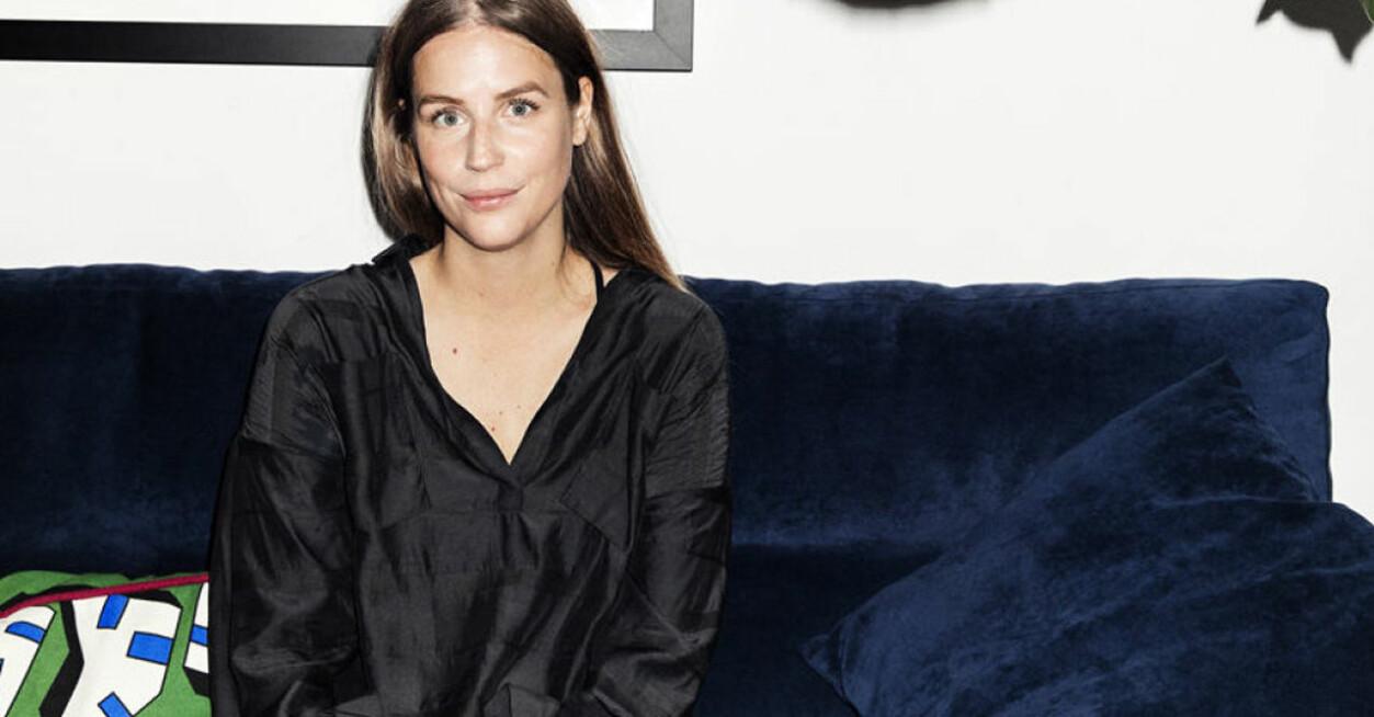 Sofia Wood i blå soffa