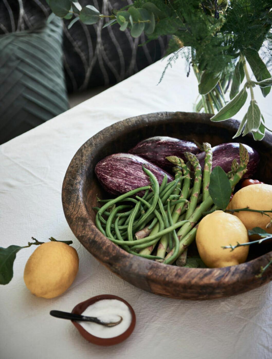 Säsongens frukt och grönt i en skål